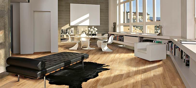 heller holzboden bild holztreppen fr wohnzimmer standard. Black Bedroom Furniture Sets. Home Design Ideas